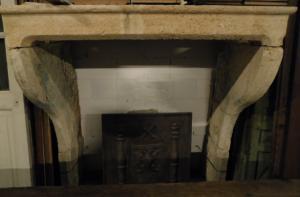 chp310 - camino in pietra di Borgogna, cm l 149 x h 157