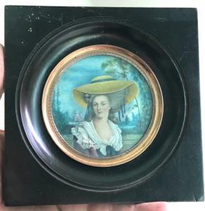Ivory miniature depicting a female figure. 8 cm. Frame: 15 cm.
