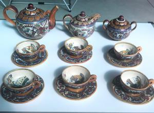 Servicio de té compuesto por tetera, jarra de leche, azucarero y seis tazas de mayólica pulida. Cooperativa ceramisti di Gualdo Tadino.