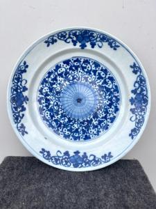Piatto in maiolica con decoro in monocromia turchina ad ispirazione cinese.Manifattura di Delft,Olanda.