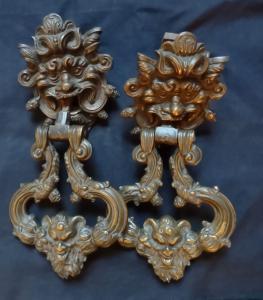 Esplêndido par de aldravas de bronze do século 17