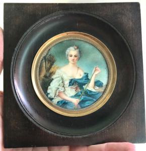 Miniatura de marfil que representa una figura femenina. Firmado.