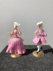 Par de figuras de cavaleiro e senhora de vidro com inclusões de ouro.