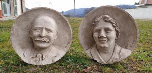 Duas esculturas de gesso de Cucchi