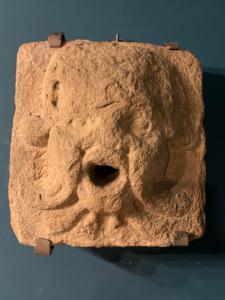 Máscara de pedra do século 15