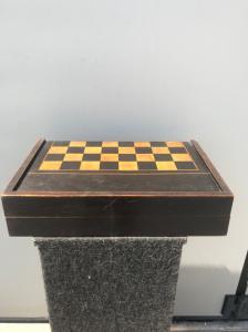 盒子-桃花心木和白桦木棋盘与步步高游戏里面。