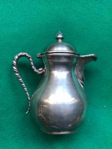 Caffettiera 'egoiste' in argento con manico a tourchon.Italia.