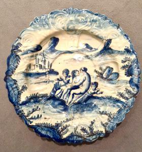 Prato grande em faiança com decoração monocromática turquesa com personagens em ambiente rural. Assinatura Savona Lanterna.