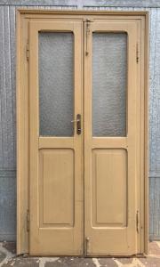 Zwei Flügeltüren