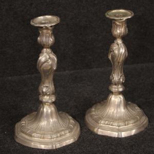 Par de candelabros de metal plateado italiano.