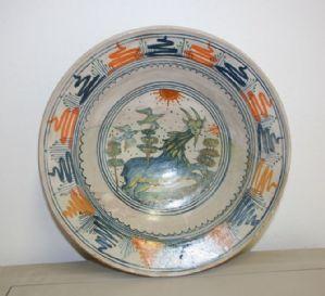 Antico piatto in maiolica. Epoca XVI secolo.
