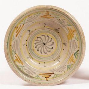 Antico piatto in maiolica. Epoca XVII secolo.