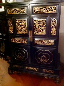 MOBILE OF THE TWENTIETH CENTURY CHINESE PAINTED BLACK WITH GOLD DECORATIONS