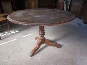 Tavolo tondo fisso in noce con gamba centrale - epoca metà '800 - tavolino
