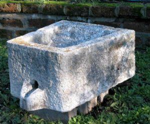 Sgocciolatoio in pietra bianca. Epoca 1600
